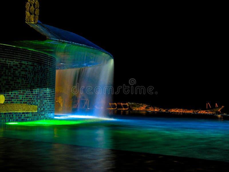 Wasserfall durch das Pool stockfotos