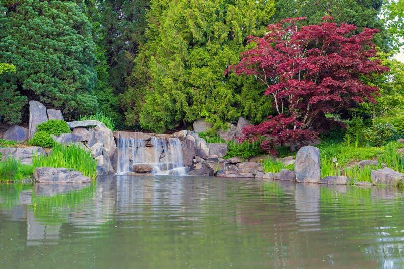 Wasserfall durch den See stockfotos
