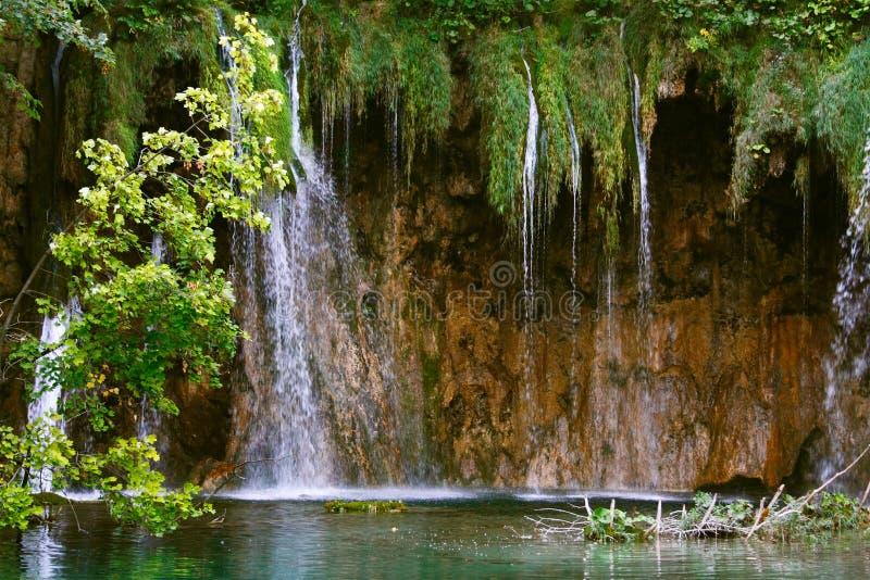 Wasserfall durch Plitvice Lakes lizenzfreies stockfoto