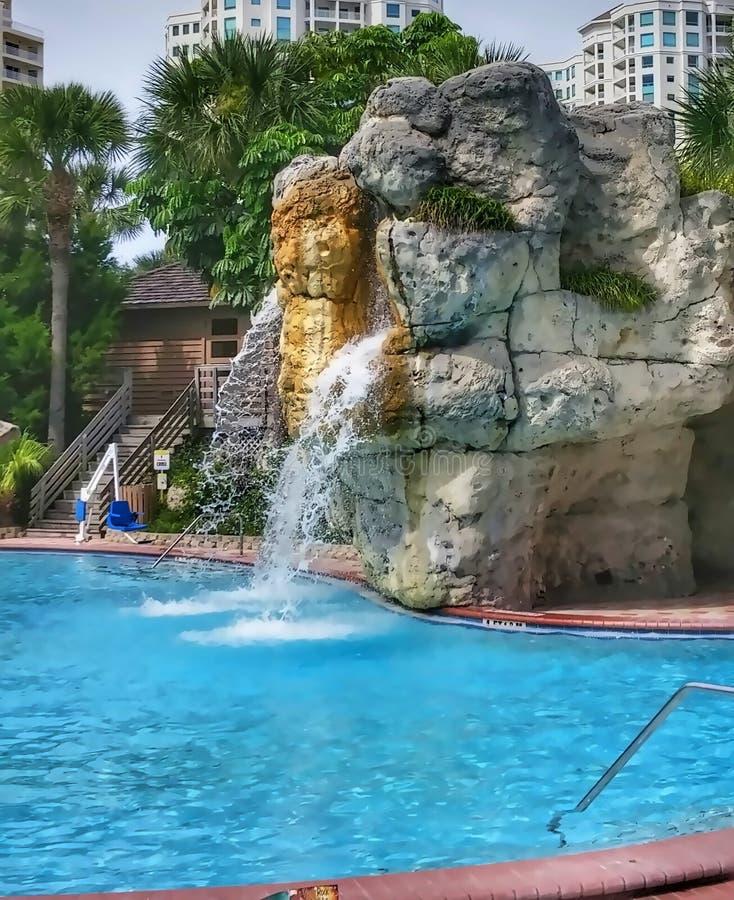 Wasserfall durch pool redaktionelles stockfoto bild von nachmittag 61883418 - Pool wasserfall ...