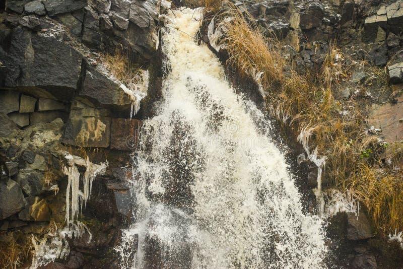 Wasserfall in einem Steinbruch für Bergbaugranit stockbilder