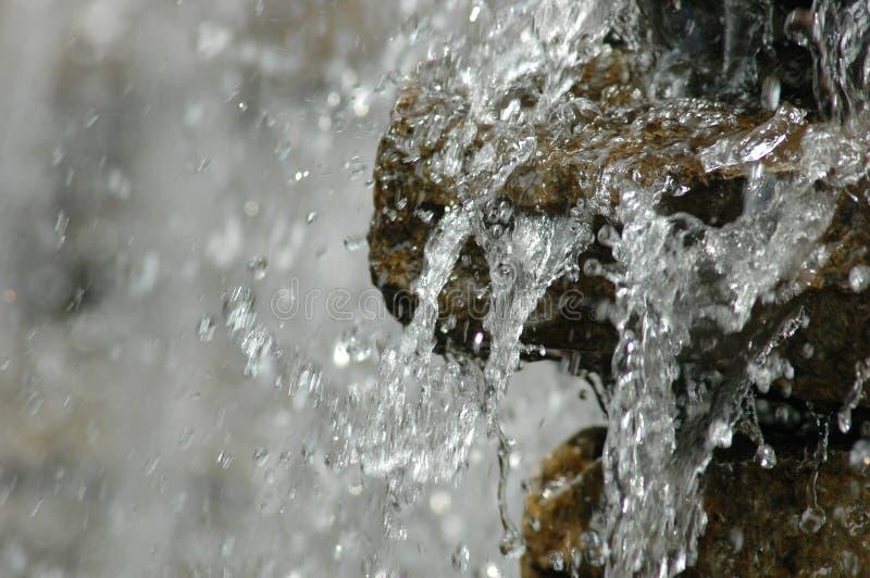 Wasserfall eingefroren in der Bewegung stockfotos