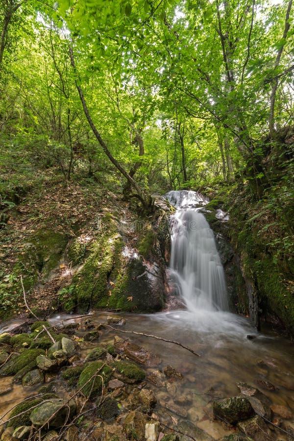 Wasserfall Gabrovo im Berg Belasica, Nordmakedonien lizenzfreie stockbilder