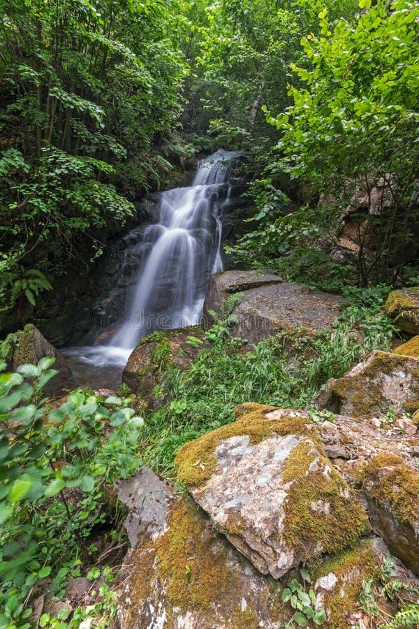 Wasserfall Gabrovo im Berg Belasica, Nordmakedonien lizenzfreies stockfoto