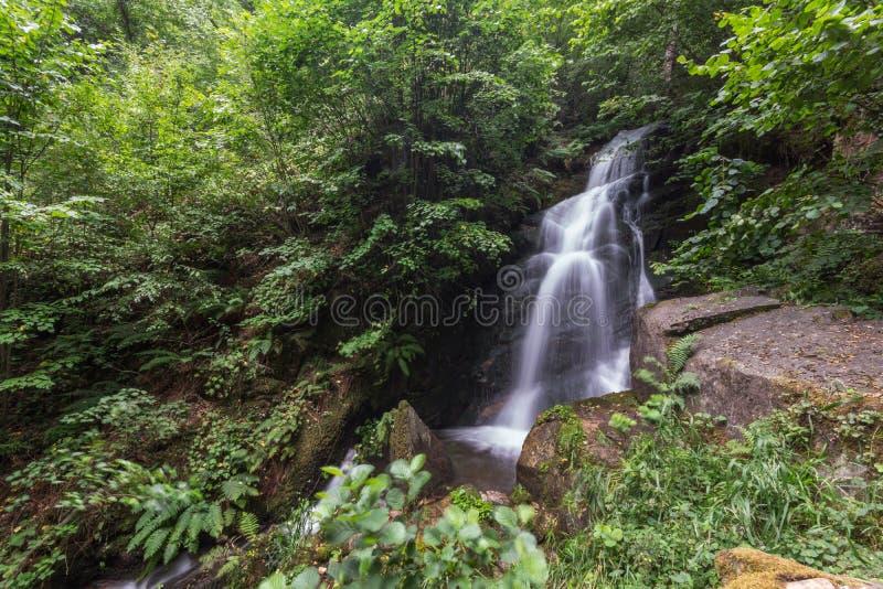 Wasserfall Gabrovo im Berg Belasica, Nordmakedonien stockbild