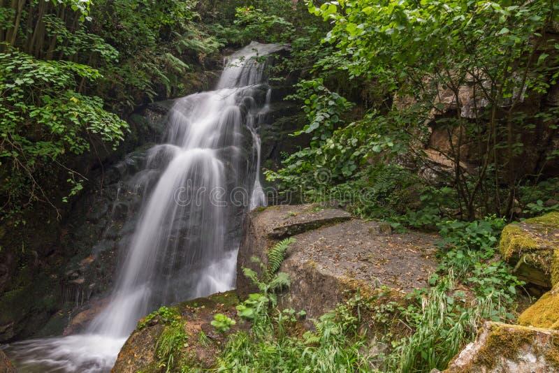 Wasserfall Gabrovo im Berg Belasica, Nordmakedonien lizenzfreie stockfotos