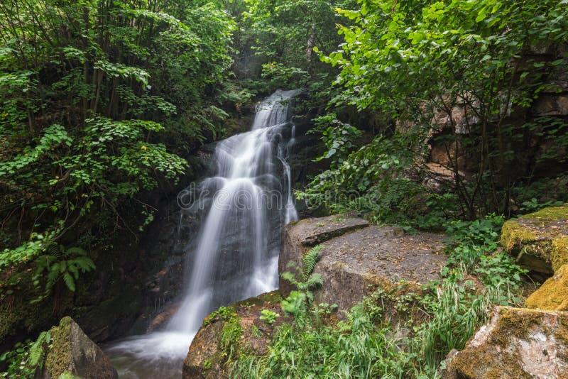 Wasserfall Gabrovo im Berg Belasica, Nordmakedonien stockbilder