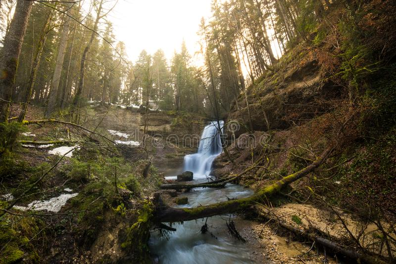 Wasserfall in Gebirgsfluss im Frühjahr stockfoto