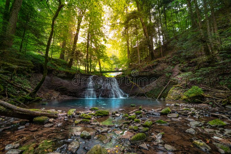 Wasserfall in Gebirgsfluss kaskade lizenzfreie stockfotos