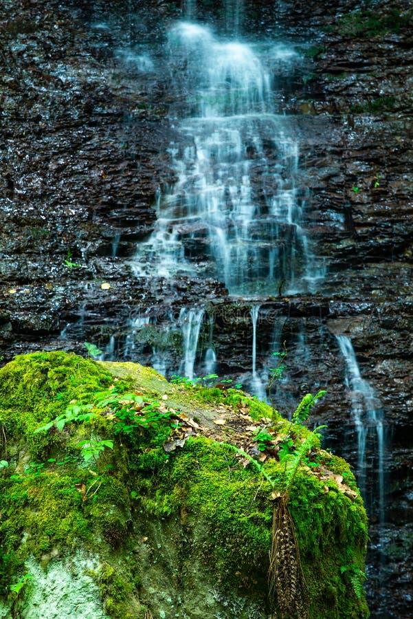 Wasserfall in Gebirgsfluss kaskade lizenzfreies stockfoto