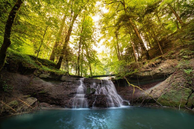 Wasserfall in Gebirgsfluss kaskade lizenzfreies stockbild