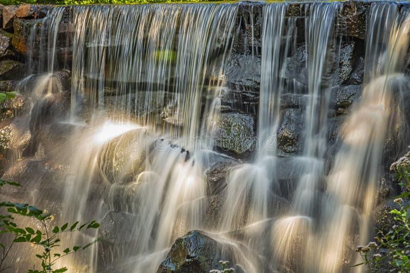 Wasserfall-Hintergrund Munka Ljungby stockfotos