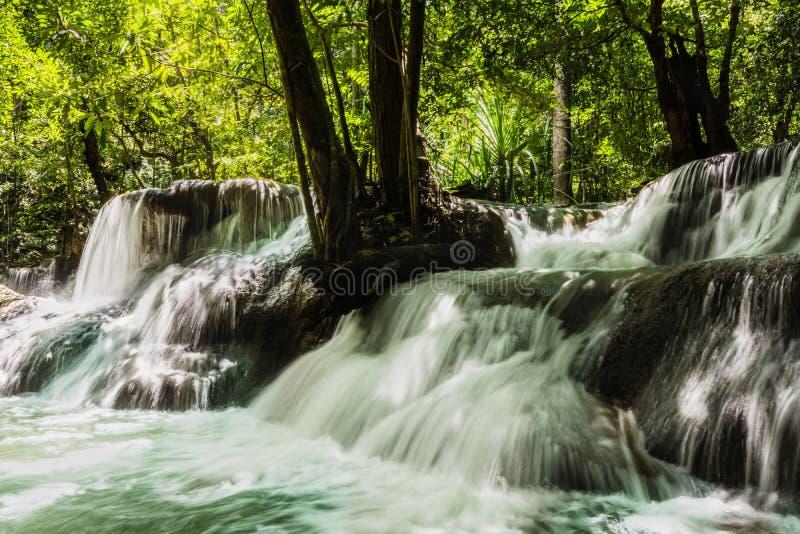 Wasserfall Huay Mae Kamin, der schöne Wasserfall im tiefen Wald am Srinakarin-Verdammungs-Nationalpark - Wasserfall Huay Mae Kami lizenzfreies stockfoto