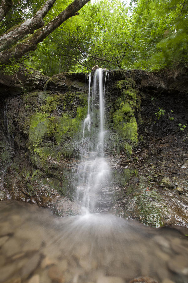 Wasserfall im alten Selo lizenzfreies stockfoto
