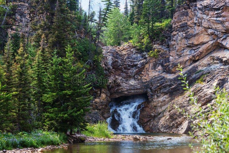 Wasserfall im Gletscher-Park stockfotografie