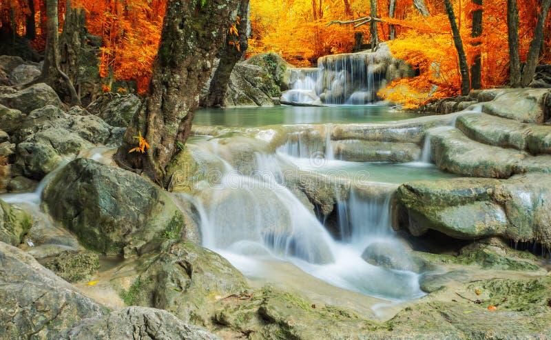 Wasserfall im Herbstwald an Erawan-Wasserfall lizenzfreie stockfotografie