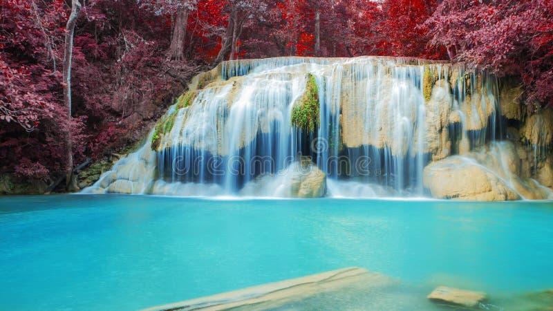 Wasserfall im Herbstwald an Erawan-Wasserfall stockbild