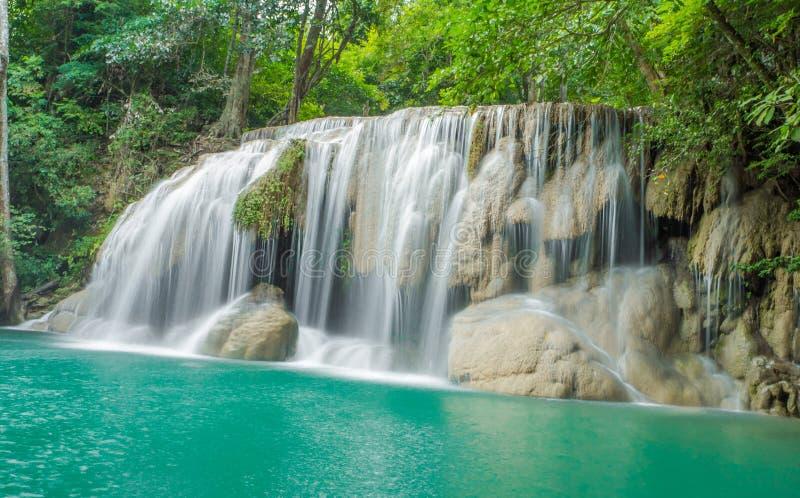 Wasserfall im Herbstwald an Erawan-Wasserfall stockfoto