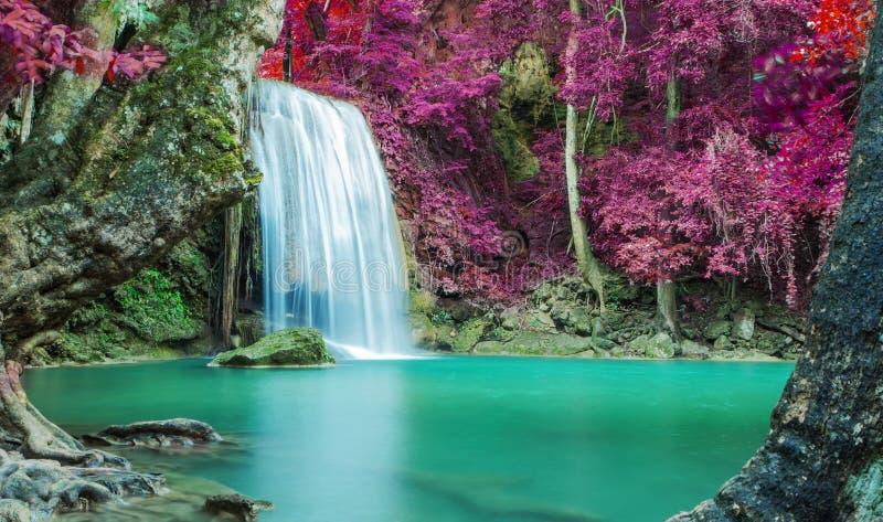 Wasserfall im Herbstwald an Erawan-Wasserfall lizenzfreies stockfoto