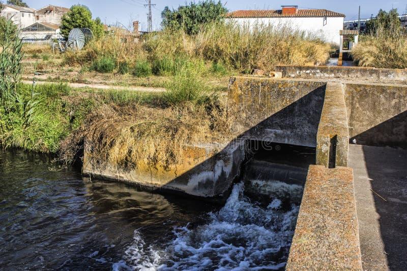 Wasserfall im Kanal lizenzfreies stockfoto