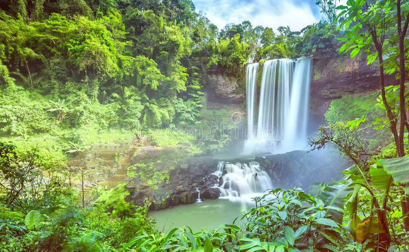 Wasserfall im Sommer Dambri lizenzfreie stockfotos