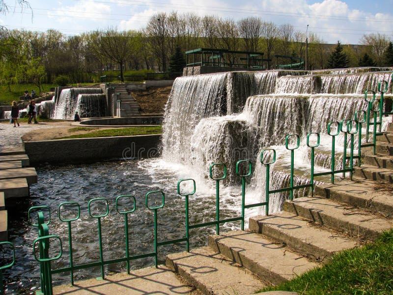 Wasserfall im städtischen Parkland minsk belarus stockbild
