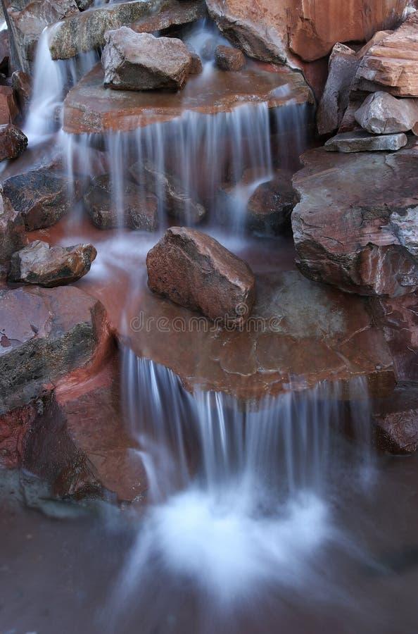Wasserfall im Steingarten stockfotografie