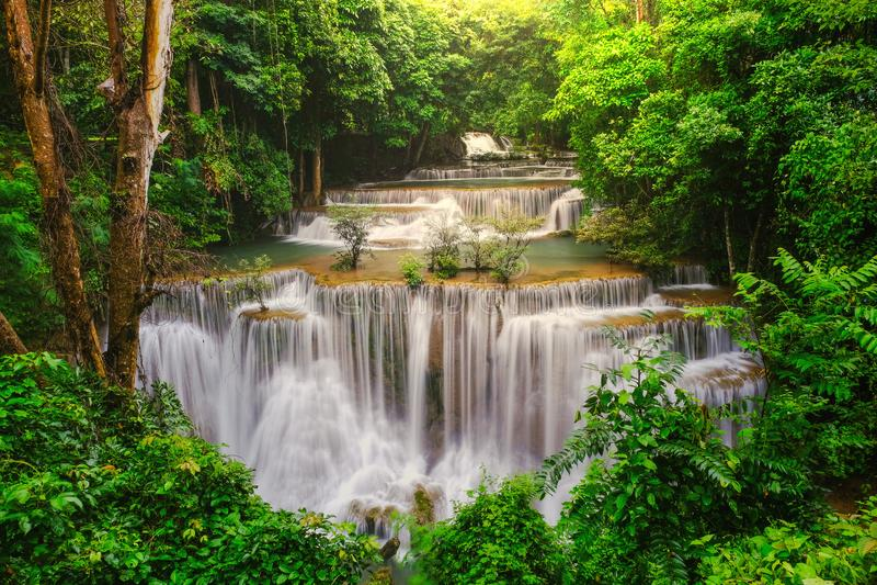 Wasserfall im tiefen Regenwalddschungel Huay Mae Kamin Waterfall lizenzfreies stockfoto