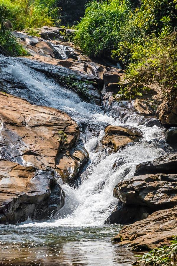 Wasserfall im tropischen Dschungel in Thailand, grünes gelbes Wasser sha lizenzfreies stockfoto