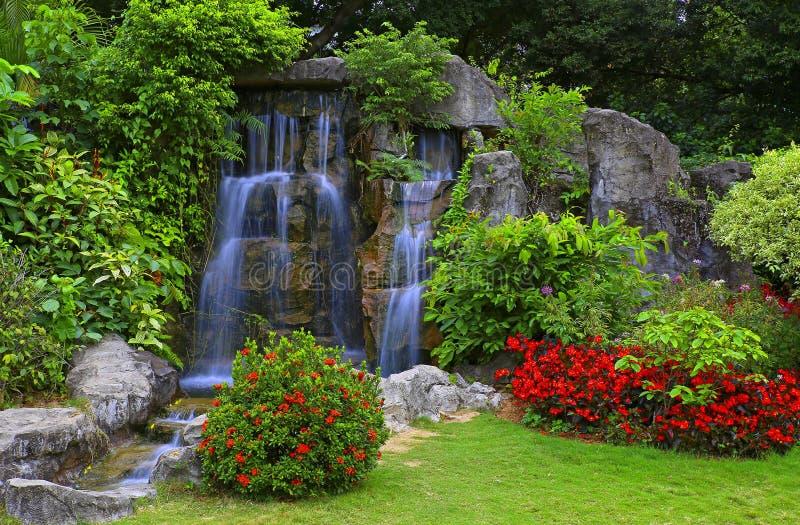 Wasserfall im tropischen Garten