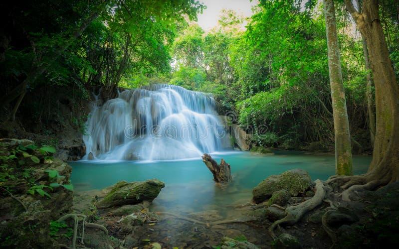 Wasserfall im Wald Wasserfall Huay Mae Kamin an der Staatsangehörig-Gleichheit stockfotografie