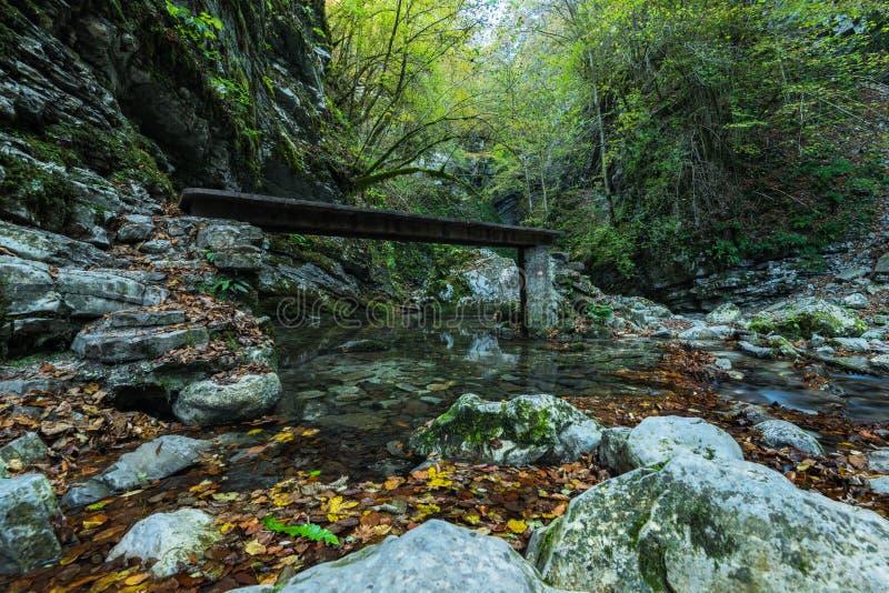 Wasserfall Kozjak versteckt in der Höhle, Slowenien stockbilder