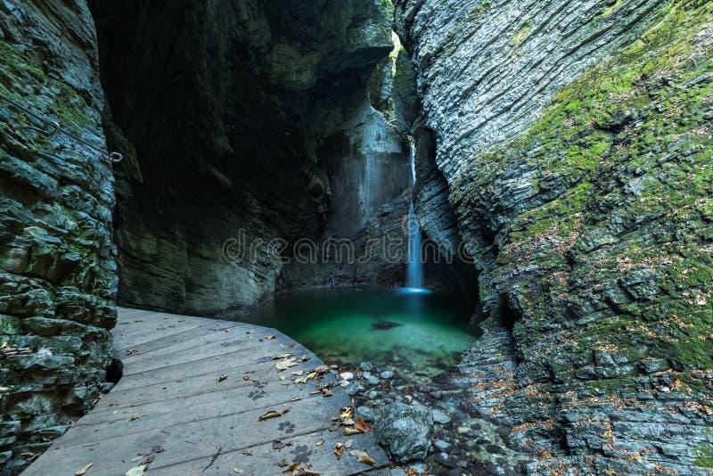 Wasserfall Kozjak versteckt in der Höhle, Slowenien stockfoto