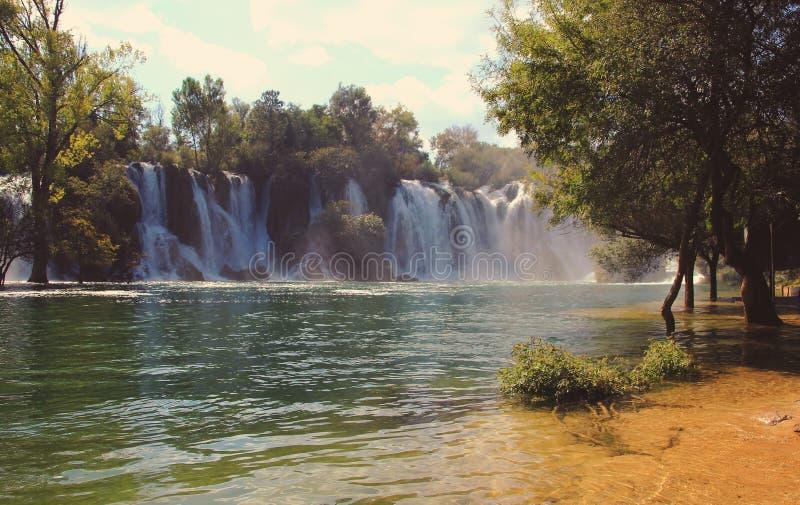 Wasserfall in Krawitze in Bosnien und in Hercegovina lizenzfreie stockfotos