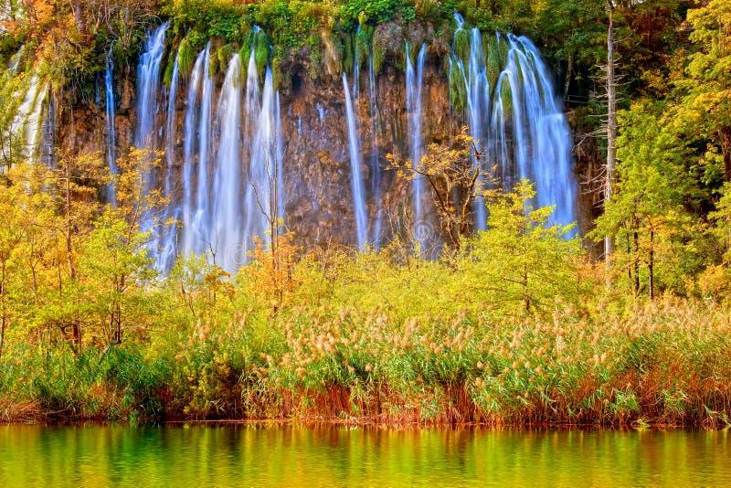 Wasserfall-Landschaft lizenzfreies stockbild