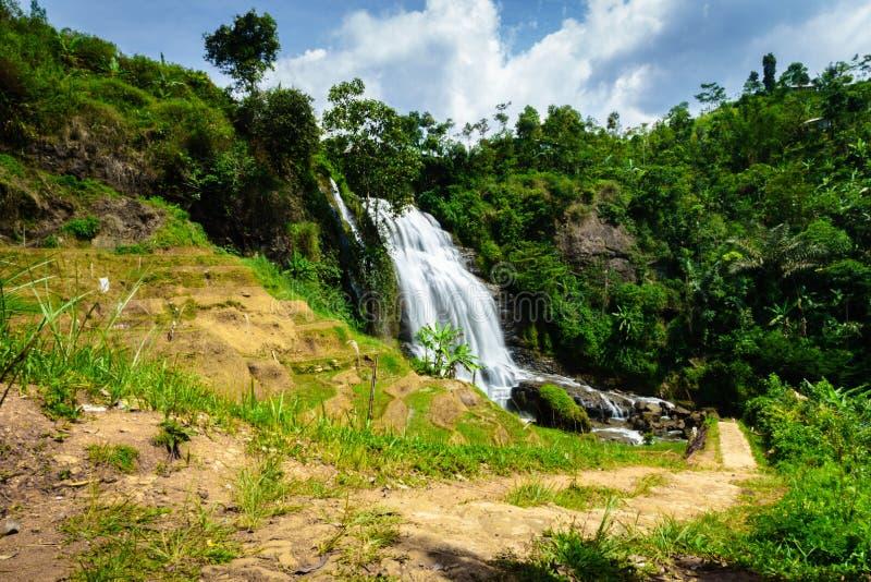 Wasserfall - Landschaftslandschaft in einem Dorf in Cianjur, Java, Indonesien stockbild