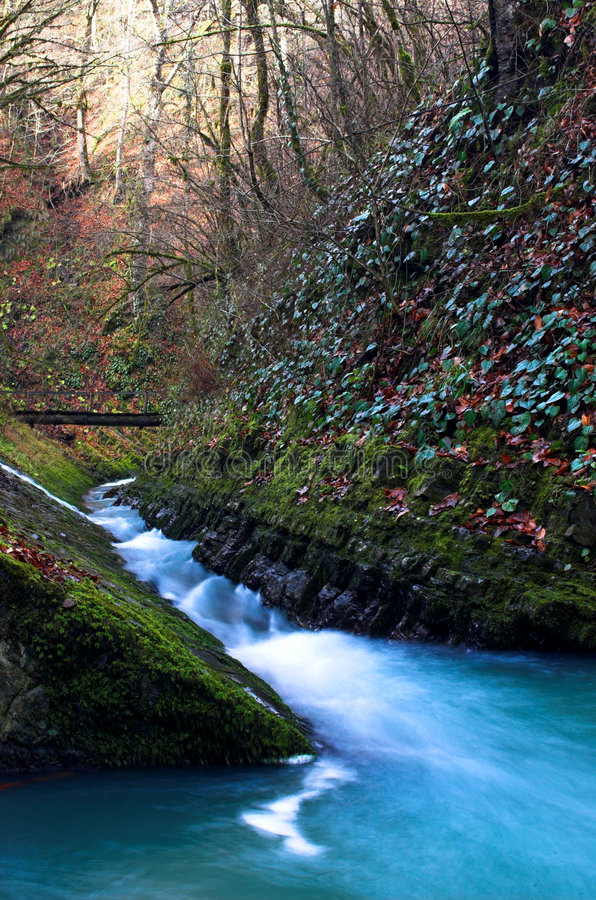 Wasserfall mit der Brücke 2 lizenzfreie stockfotografie