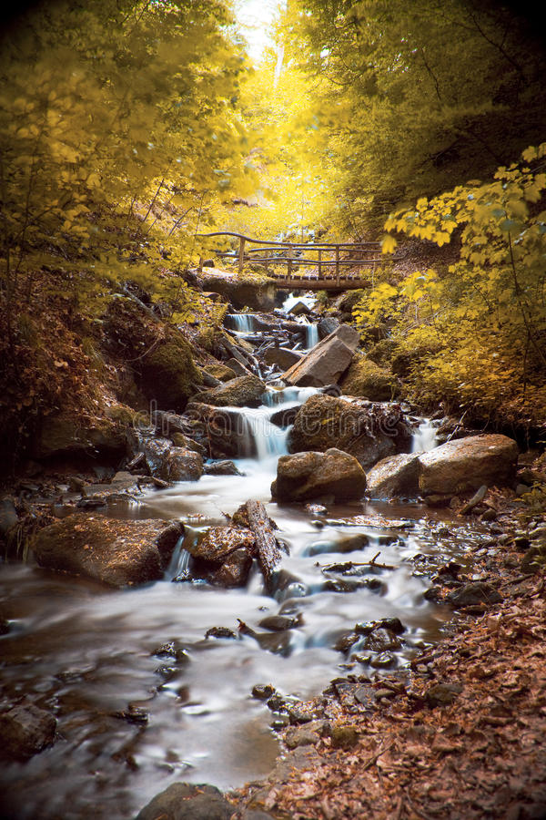 Wasserfall mit Felsen in einer Herbstlandschaft lizenzfreies stockfoto