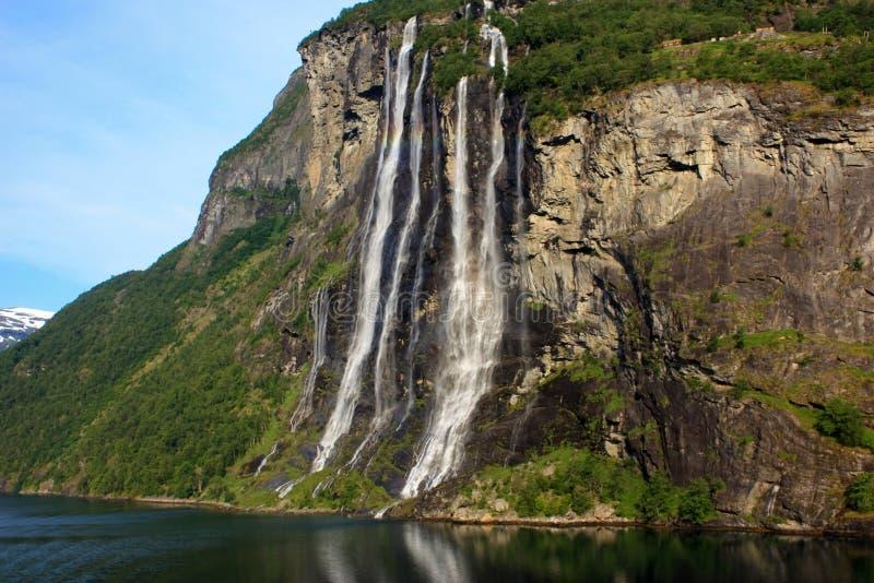 Wasserfall mit sieben Schwestern lizenzfreie stockbilder