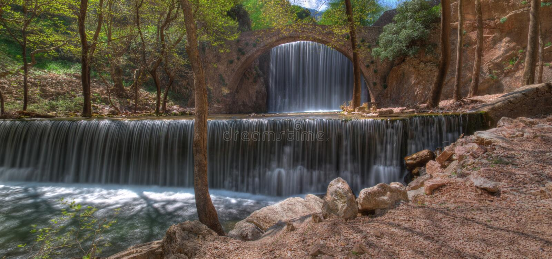 Wasserfall nahe Trikala, Griechenland - Frühlingsbild, Panorama lizenzfreie stockfotografie