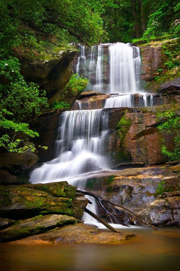 Wasserfall-Natur-Landschaft in den Bergen stockfotografie