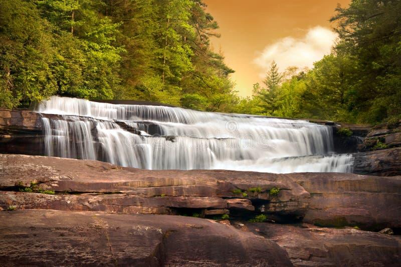 Wasserfall-Natur-Landschaft im Gebirgssonnenuntergang stockbild