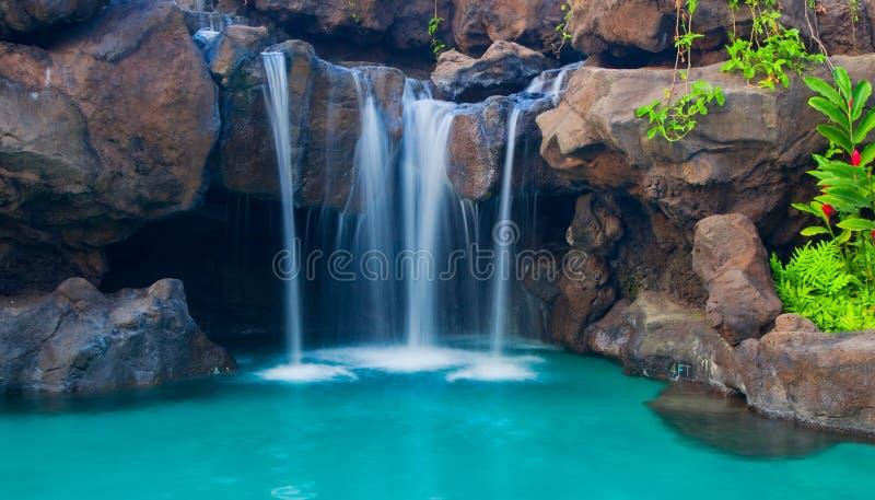 Wasserfall in Pool stockbild