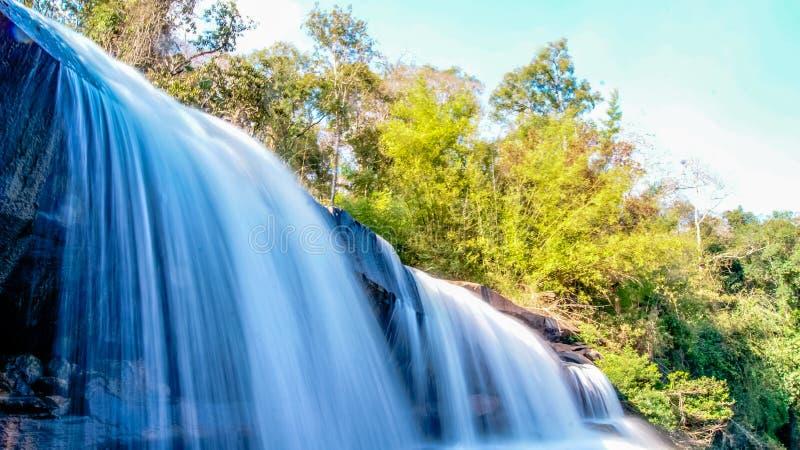 Wasserfall schön in NaHaeo lizenzfreie stockfotos