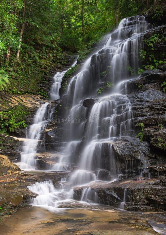 Wasserfall in Schwarzweiss lizenzfreies stockbild