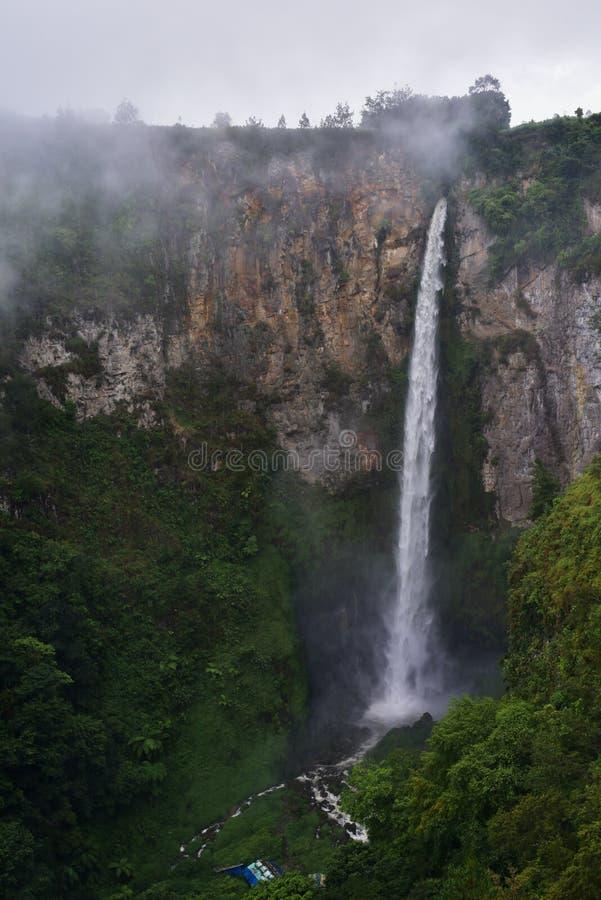 Wasserfall Sipisopiso auf dem Ufer von See Toba wird vorbei umgeben stockbilder