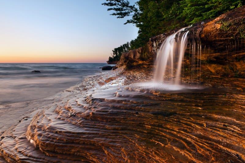 Wasserfall am Strand. lizenzfreie stockfotos
