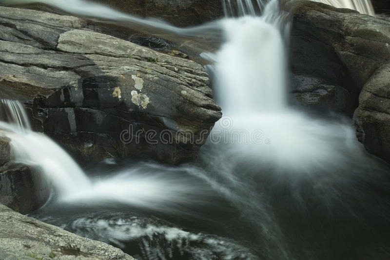 Wasserfall in Sugar River, Newport, New Hampshire, lange Belichtung lizenzfreies stockfoto