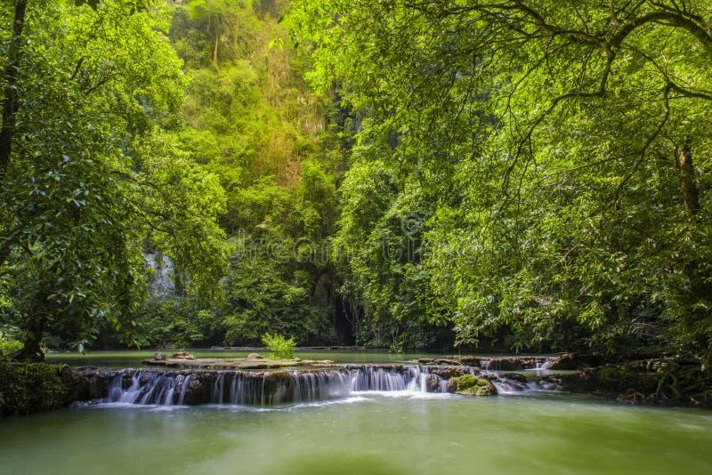 Wasserfall Thanbok Kratong als Nationalpark Bok Khorani Krabi-Provinz von Thailand lizenzfreie stockbilder