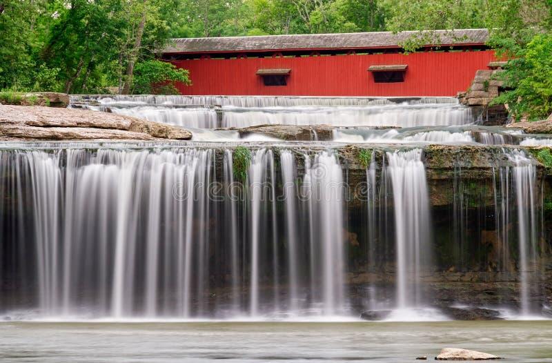 Wasserfall und überdachte Brücke lizenzfreies stockfoto